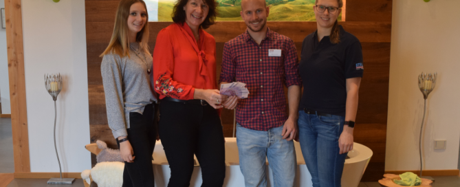 Das Eventteam Felicia Vilgertshofer, Elisabeth Strobl und Katrin Häglsperger mit dem DKMS Spendenclubber Daniel Hollerith.